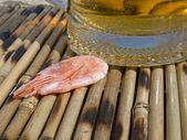 Krevety v blízkosti sklenice s pivem — Stock fotografie