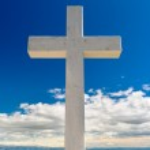Croce bianche contro il cielo blu e soffici nuvole — Foto Stock