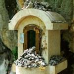 costruzioni all'aperto con croce e pietre — Foto Stock