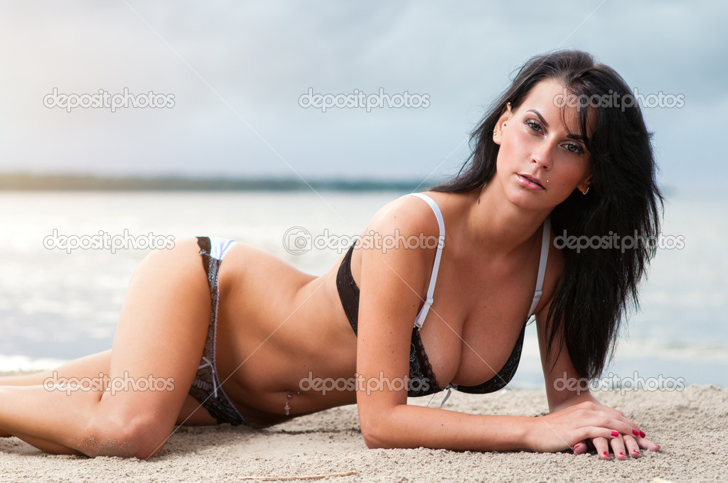 Beautiful young woman relaxing on the beach — Stock Photo #11605699