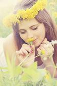 Woman sniffs a dandelion — Stock Photo
