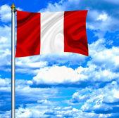 Peru viftande flagga mot blå himmel — Stockfoto