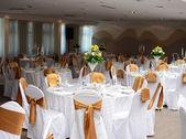 Restauracja ze stolikami na obiad ślub — Zdjęcie stockowe