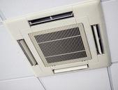 モダンなエアコン システム、天井にインストール — ストック写真