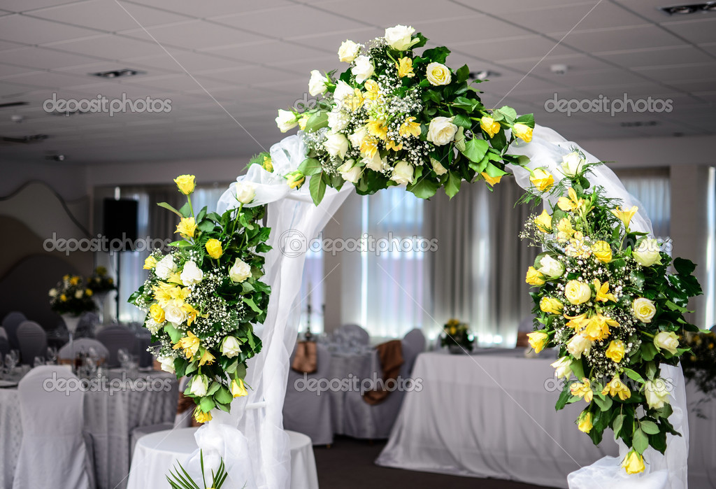 Beautiful wedding flower arch decoration in restaurant — Stock