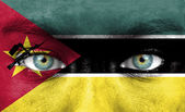 Rosto humano pintado com a bandeira de Moçambique — Fotografia Stock