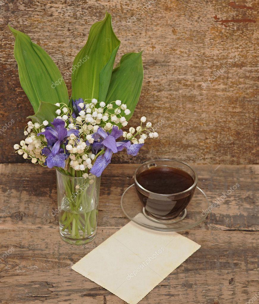 山谷的百合花的蓝色鸢尾花的静物花束