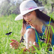 Girl handed catches butterflies on a sunny day — Stock Photo