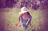 美しい若い女性は、ビンテージ スタイルの公園で、帽子をかぶっています。 — ストック写真