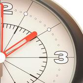 白い背景で隔離の壁時計 — ストック写真