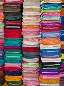 Coloridas telas y textiles en tienda — Foto de Stock