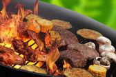 Płomienie grillowania steków i warzywa — Zdjęcie stockowe
