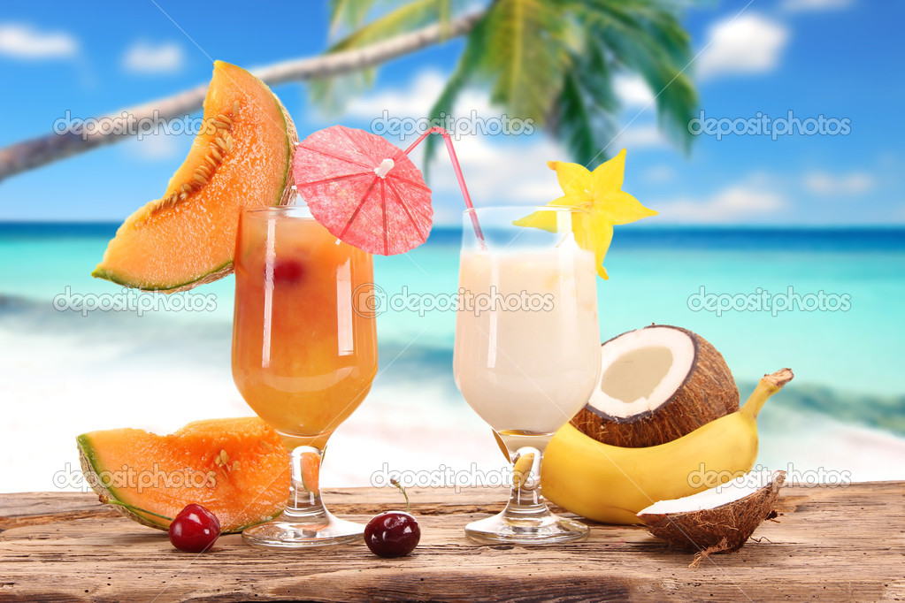 Fruit cocktails on a beach  — Stock Photo #11059063
