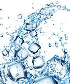 Stříkající vodě s kostkami ledu — Stock fotografie