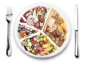 Productos alimenticios equilibrio sobre una placa. — Foto de Stock
