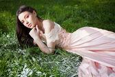Krásná a smyslná dívka v přírodě — Stock fotografie