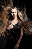 Detailní portrét mladá dívka s krásné dlouhé vlasy — Stock fotografie