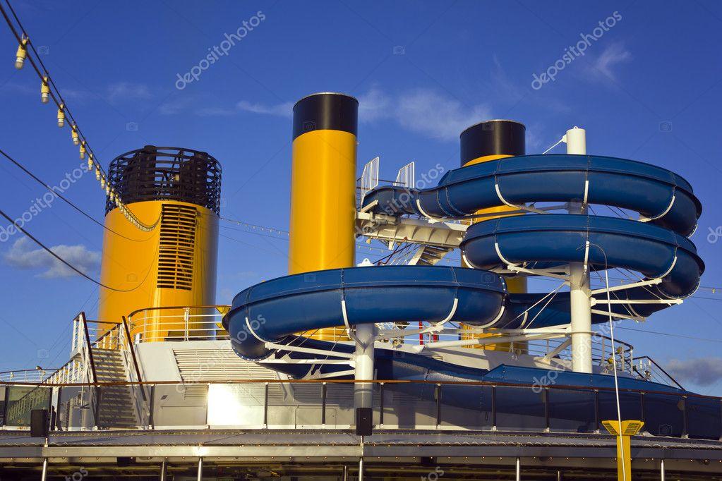 Scivolo d 39 acqua su una nave da crociera foto stock for Cabina interna su una nave da crociera