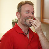 Man Eating Apple Slice — Stock Photo