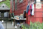 Vestiti e altri oggetti in vendita — Foto Stock