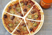 Dilimlenmiş tortilla pizza — Stok fotoğraf