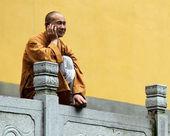 Buddhistický mnich s mobilním telefonem — Stock fotografie