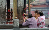 Women in temple — Stock Photo