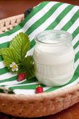 Pote de cristal de yogur natural cremoso — Foto de Stock