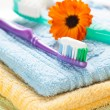 Toothbrush with toothpaste on fresh towels — Stock fotografie #12104901