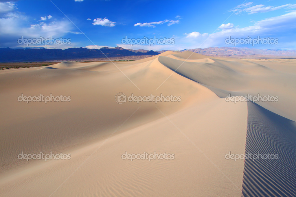 Beautiful pyramid shaped formations at the Mesquite Flat Sand Dunes of Death Valley National Park, California. — Stock Photo #11803222