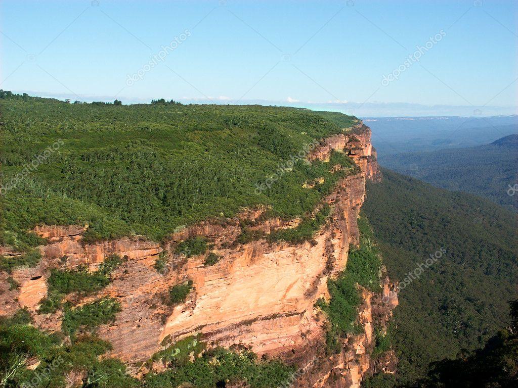 早晨的阳光照亮陡峭的悬崖在澳大利亚新南威尔士州的蓝山国家公园—