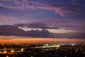 Şehir üzerinde renkli günbatımı — Stok fotoğraf