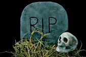 Halloween grave and skull — Stock Photo