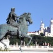 Famous statue of Louis XIV and Basilique Fourviere - 图库照片