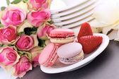 Macaroons and strawberry — Stock Photo