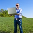 businessmanon weide, met een laptop — Stockfoto
