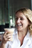 Красивая женщина в уличных кафе, с Кубка — Стоковое фото