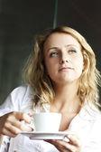 Güzel bir kadın kupa ile sokak café — Stok fotoğraf
