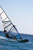 Boczny widok mooving windsurfingu poziomo — Zdjęcie stockowe