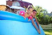 孩子们在充气游泳池游泳 — 图库照片