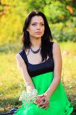 Portret van een prachtige jonge vrouw buitenshuis — Stockfoto