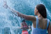 Vacker flicka bada i en fontän — Stockfoto