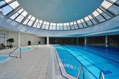 крытый плавательный бассейн — Стоковое фото