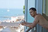 Jeune homme beau à hotel at tropiques — Photo