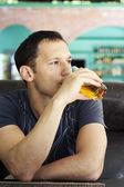 Homem desfrutando de copo de suco — Foto Stock