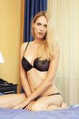 Junge sexy frau in schwarzer bh — Stockfoto