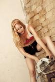 Sexy mladá žena drží kotoučovou pilou — Stock fotografie