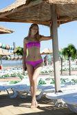 Sexy vrouw in mooie roze bikini — Stockfoto