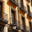 Mediterranean architecture in Spain. Old apartment building in Madrid. — Foto de Stock