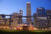 Ay Pritzker Pavilion in Millenium Park and Randolph Avenue Build — Stock Photo